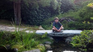 Hayden Kelly, 10 ans, pratiquant la méditation.