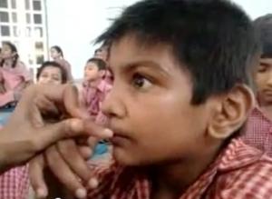 Enfant hyperactif suivant un cours de méditation en Inde.