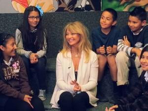 Goldie Hawn, entourée d'enfants lors d'une rencontre MindUp