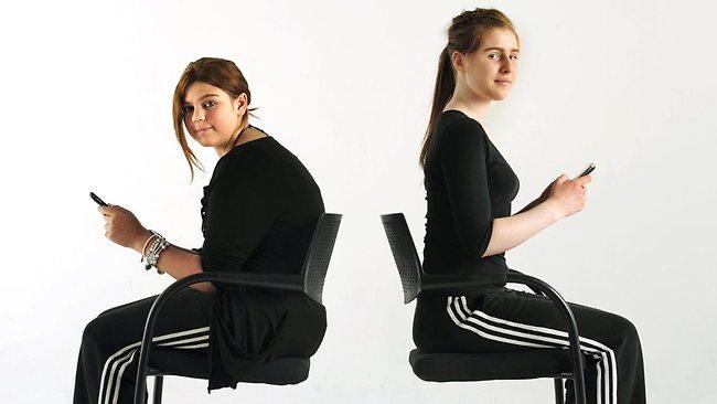 L'utilisation intensive des smartphones contribue à une mauvaise posture si l'on ne fait pas attention.