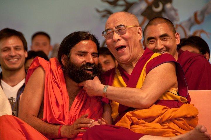 Le Dalaï-Lama est célèbre pour ses éclats de rire. ici à Haridwar (en Inde lors de la Kumbh Mela) avec un sage indien. David Ducoin (c)