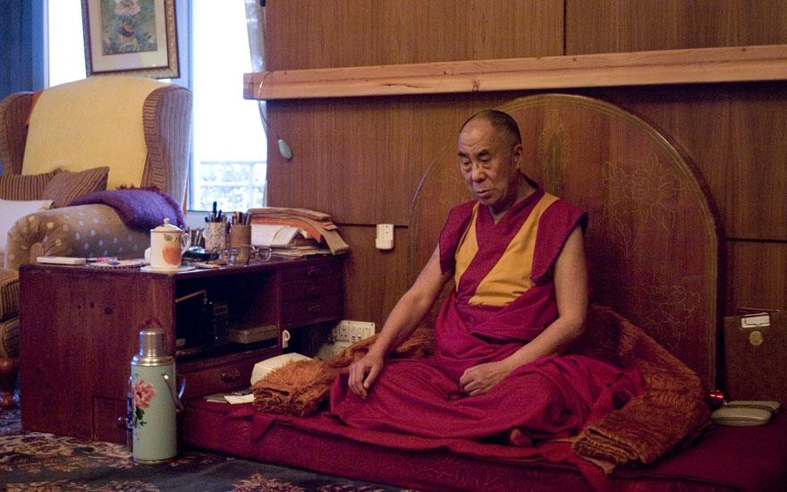 Le Dalai-lama en méditation dans sa maison au Dharamsala (Inde)